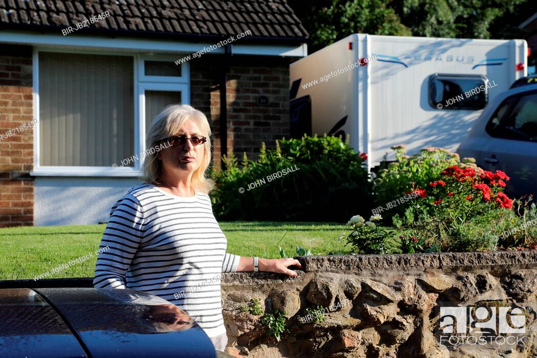 Imagen: Woman outside bungalow.