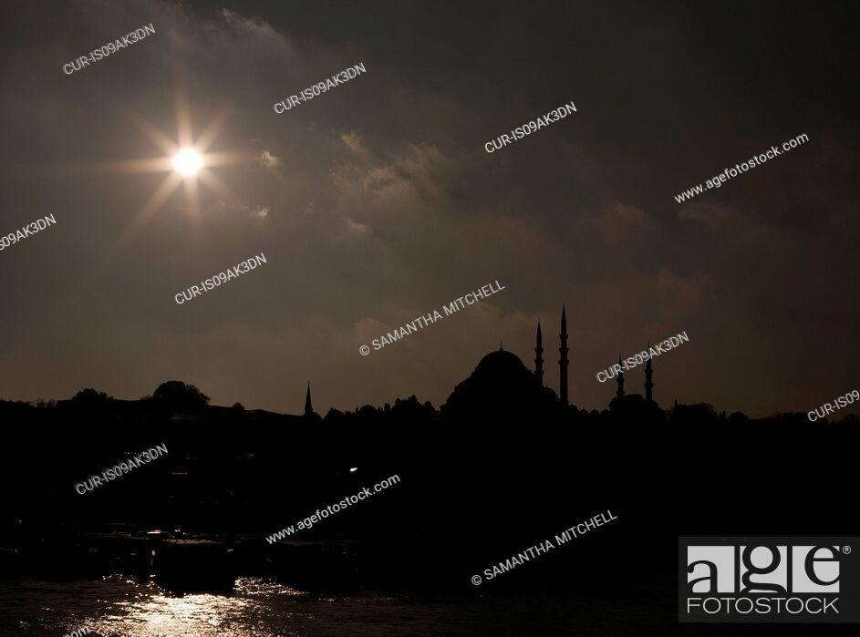 Imagen: Silhouetted Suleymaniye mosque, Istanbul, Turkey.