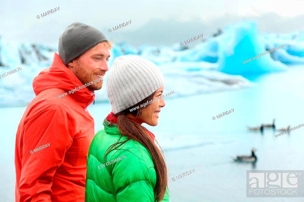 Imagen: Hiking people visiting Jokulsarlon glacial lagoon / glacier lake on Iceland. Happy tourists on travel enjoying beautiful Icelandic nature landscape in edge of.