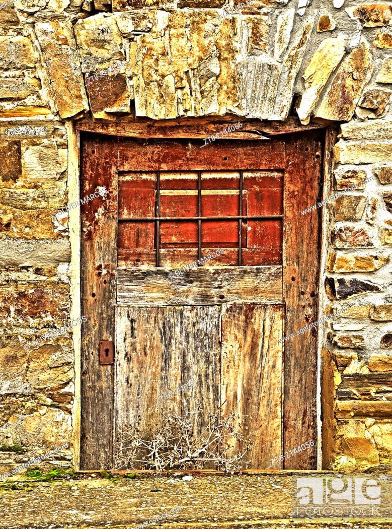Imagen: Cellar door of a house in an abandoned village, Leon province, Castilla-Leon, Spain.