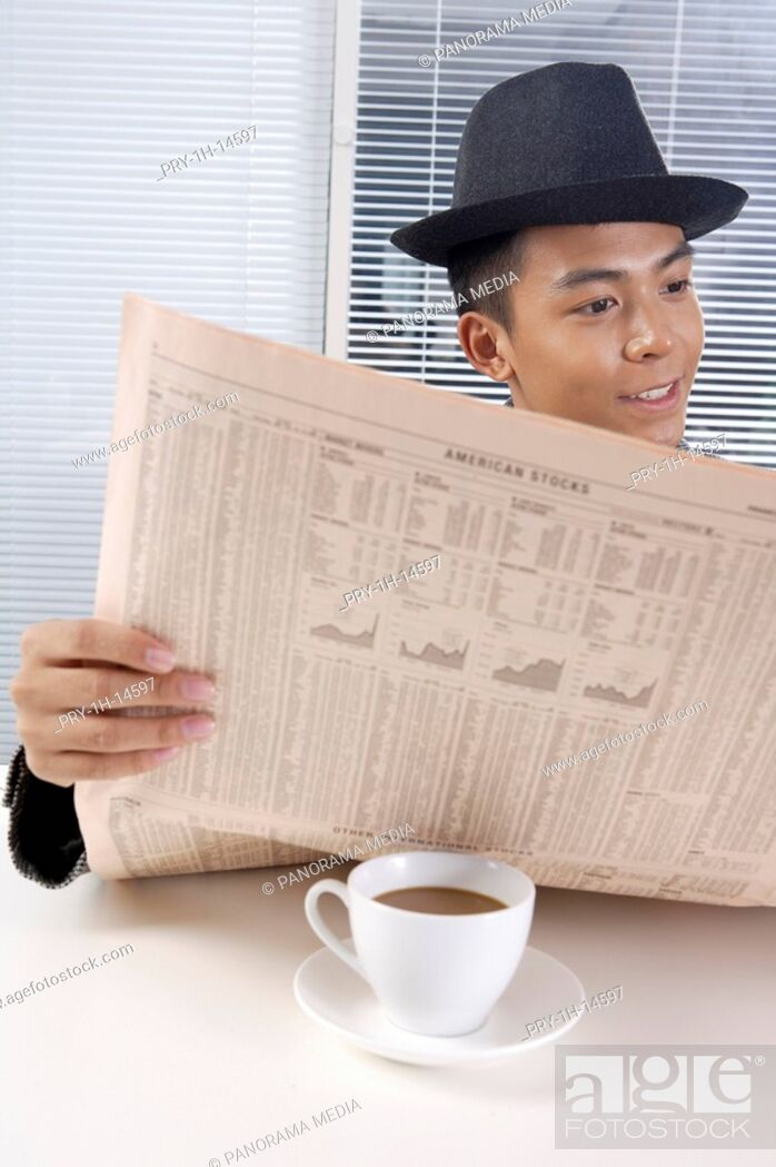 Imagen: Young man reading newspaper.