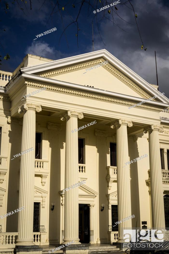 Photo de stock: Former City Hall now Marti Library, Parque Vidal, the main central Square, Santa Clara, Cuba.