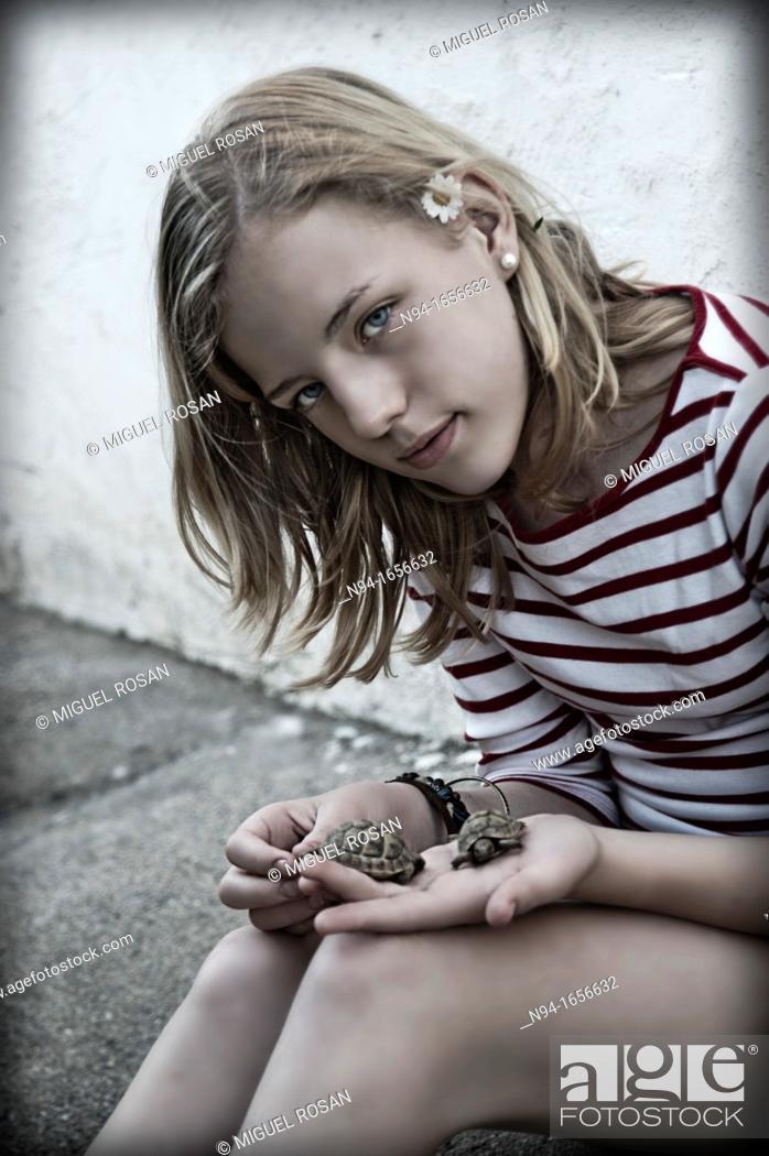 Stock Photo: Teenage girl with hand pet turtle.