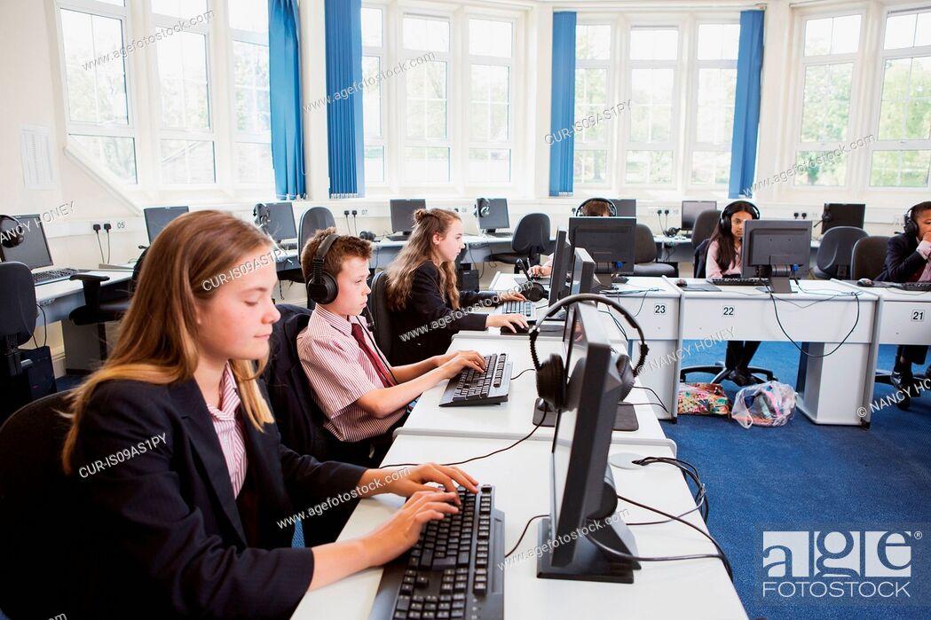 Imagen: Students using computer in classroom.