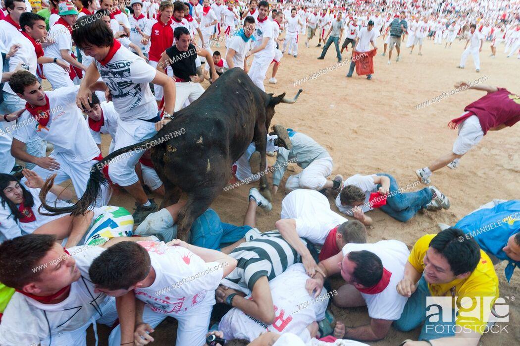 Stock Photo: Amateur bullfight with young bulls, San Fermín street-partying, Pamplona, Navarra Navarre, Spain, Europe.