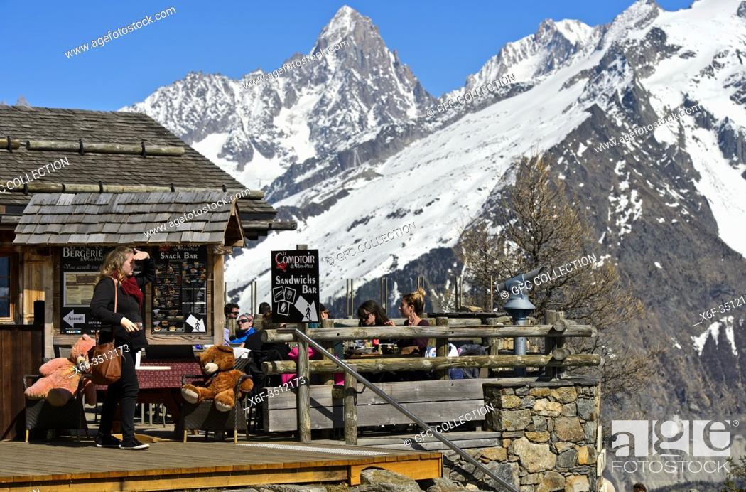 Photo de stock: Mountain restaurant La Bergerie at Planpraz vor der Aiguille du Chardonnet, Chamonix, Haute-Savoie, France.