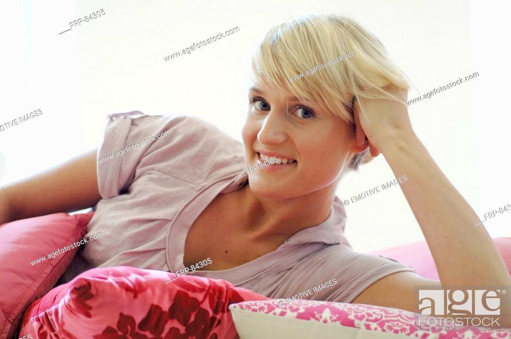 Imagen: Blonde woman on sofa.