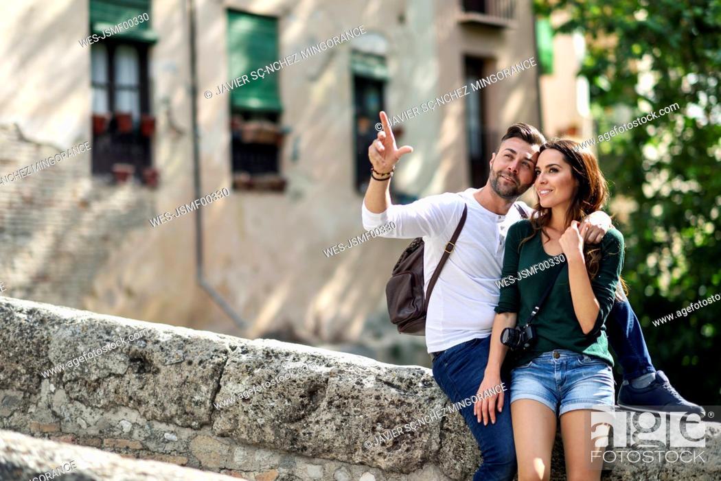 Photo de stock: Tourist couple exploring the city.