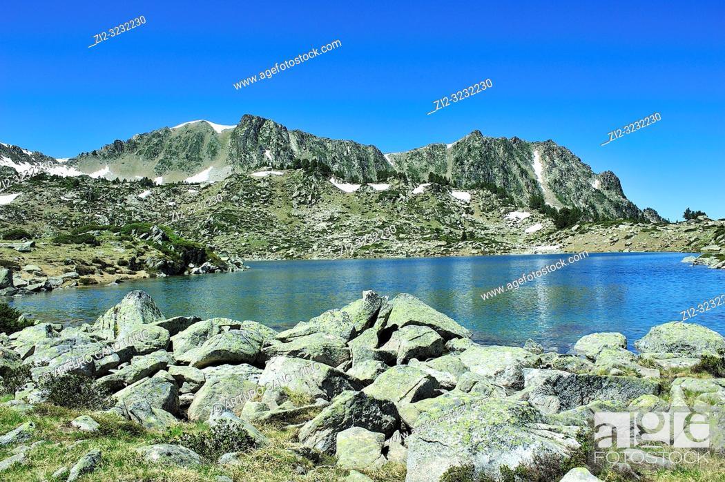 Imagen: The two lakes of Madamete on the Pyrenees mountains. Luz-Saint Sauveur city, Hautes-Pyrénées department, Occitanie region, France.