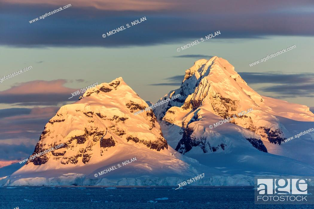 Imagen: Sunset and moonrise over Brabant Island, Antarctica.