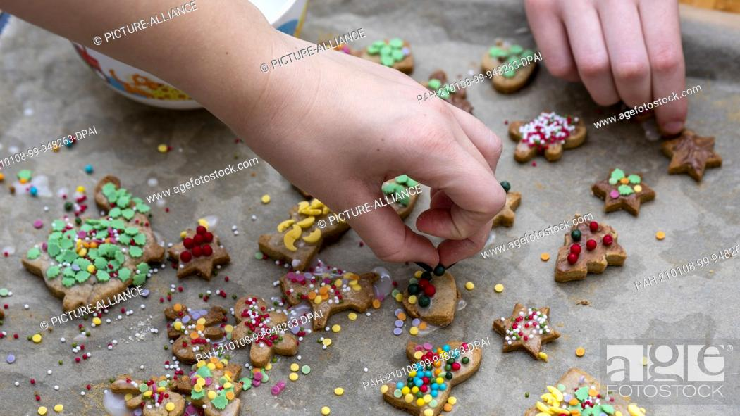 Stock Photo: 10 December 2020, Saxony-Anhalt, Magdeburg: Homemade Christmas cookies. Photo: Stephan Schulz/dpa-Zentralbild/ZB. - Magdeburg/Saxony-Anhalt/Germany.