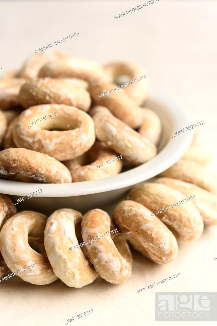 Imagen: bundle of bagels on a white tablecloth in natural light.