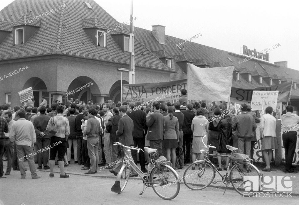 Imagen: Students support striking workers of the metal company Rockwell in Munich on 29 May 1968 successfully. The immediate dismissal of the chairman of the works.