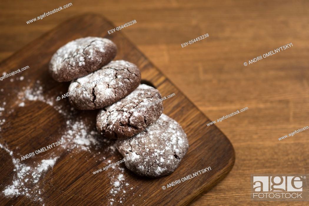 Imagen: chocolate cookies with sugar powder on wooden kitchen Board.