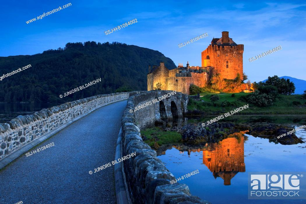 Imagen: Eilean Donan Castle in the evening. The castle is built in a small island where three lochs converge - Loch Alsh, Loch Long, and Loch Duich.