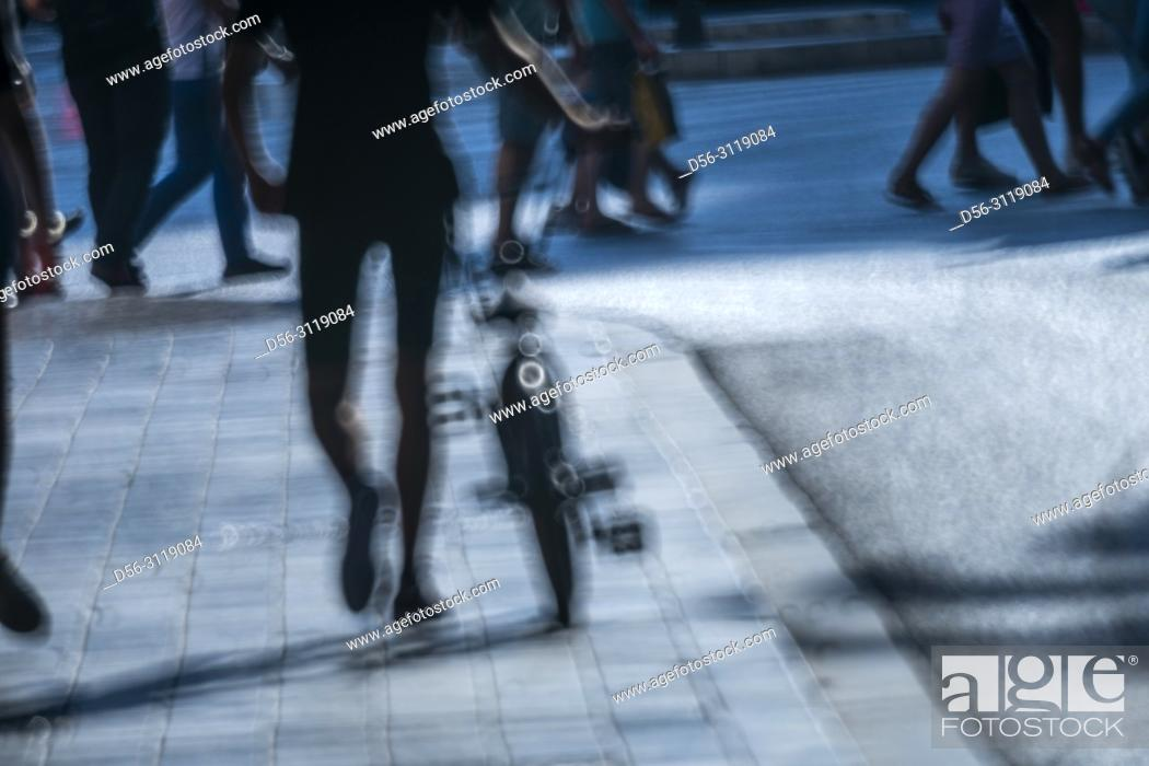 Imagen: Pedestrian with Bicycle, Valencia, Spain.