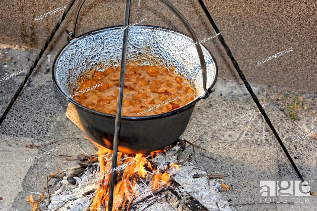 Imagen: Hungarian onion cooked beans stew in boiling liquid.
