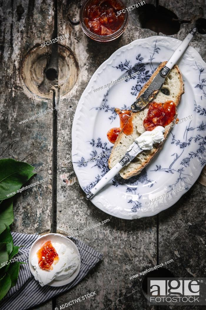 Imagen: Toast with blood orange jam and soft cheese.