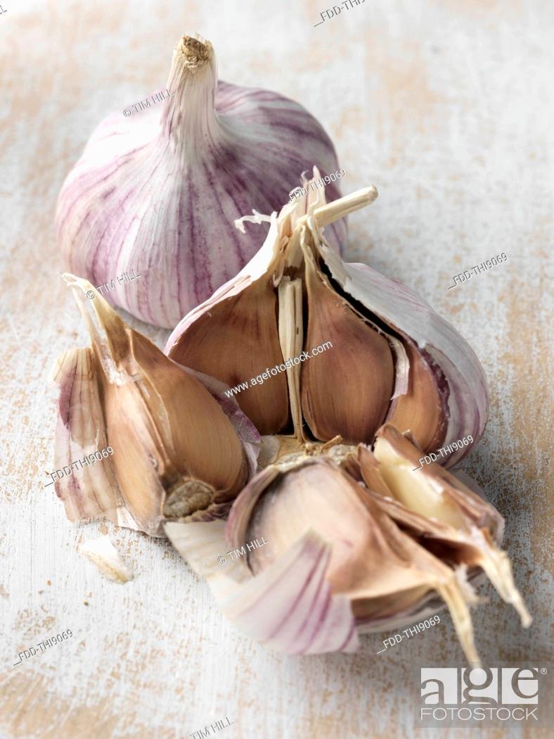 Imagen: Two heads of garlic.