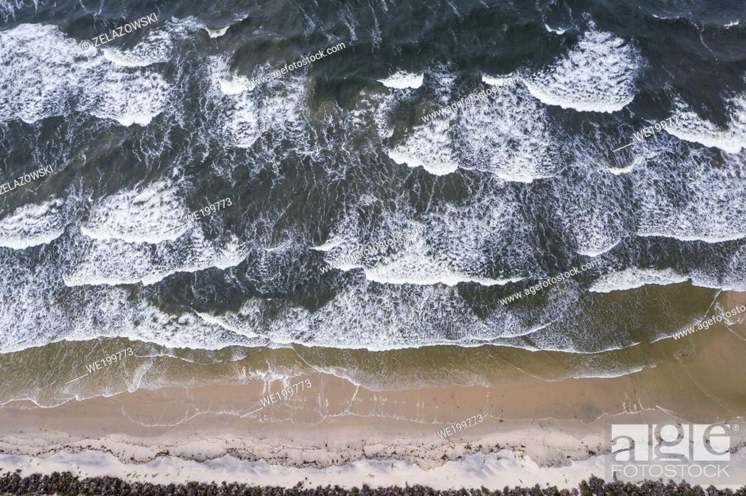 Imagen: Waves on a beach of Vistula Spit, stretch of land separates Gdansk Bay int he Baltic Sea and Vistula Lagoon in Poland.