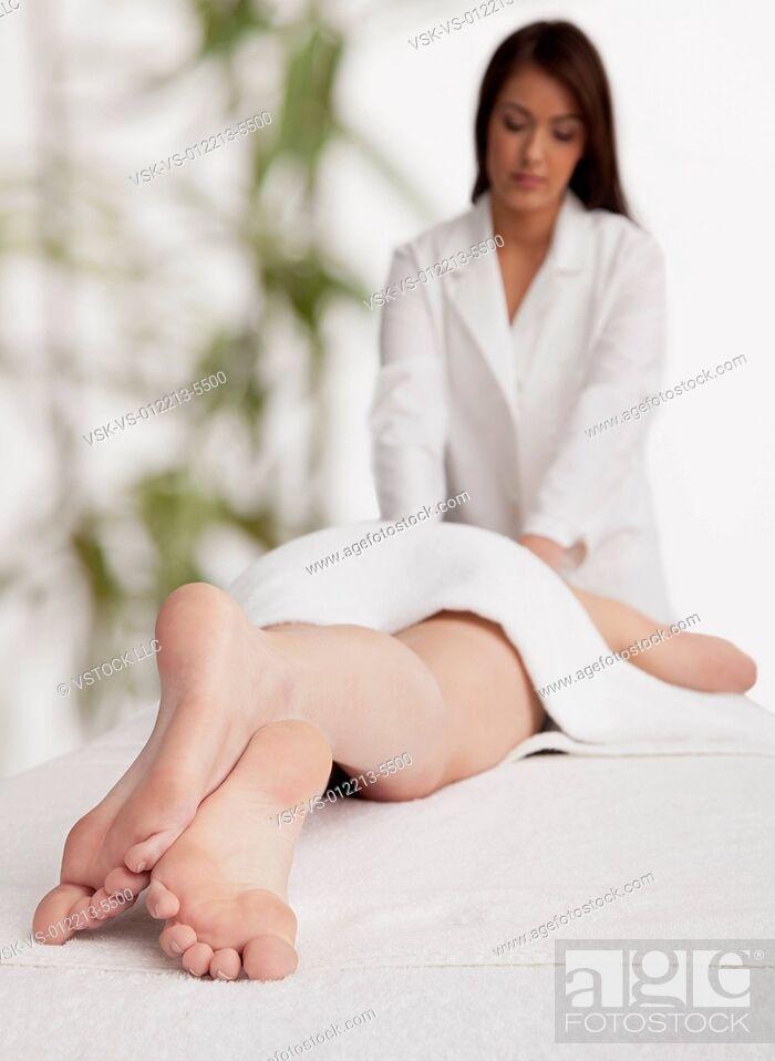 Imagen: Woman receiving massage.