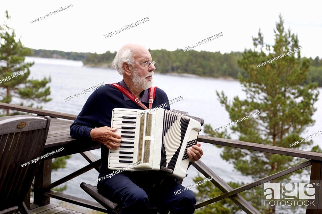 Imagen: Senior man playing accordion.