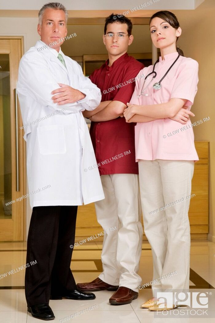 Imagen: Portrait of a female doctor standing with two male doctors.