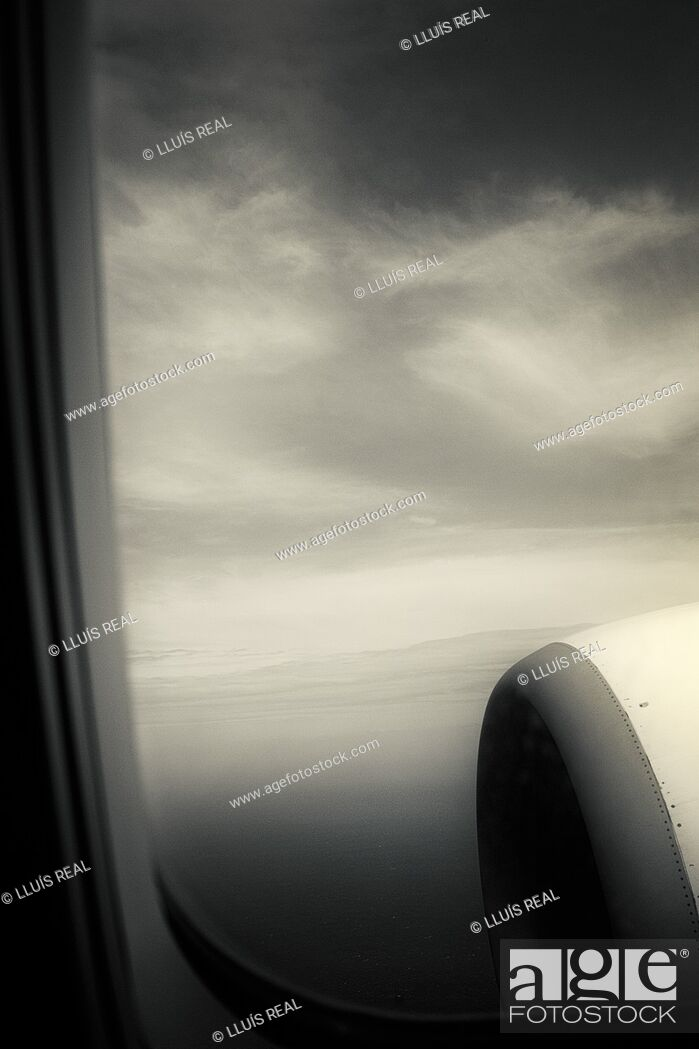 Stock Photo: Turbine of an airplane seen through the window.