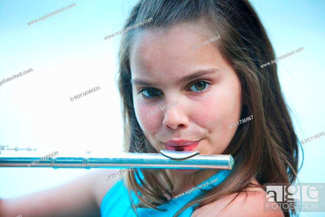 Imagen: young girl playing flute.