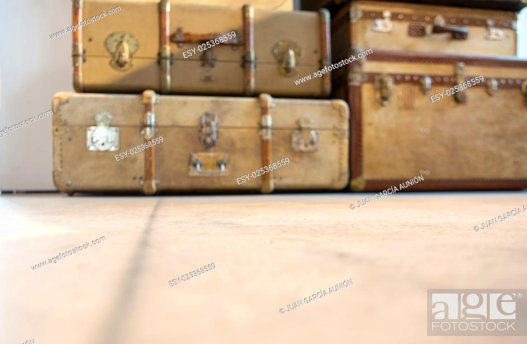 Imagen: Antique brown leather luggage suitcases on the floor. Totally out of focus.