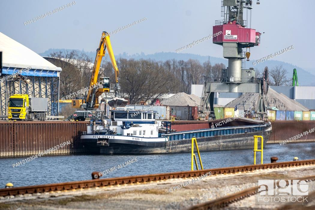 Imagen: 04 March 2021, Bavaria, Regensburg: A cargo ship is unloaded at Bayernhafen Regensburg. According to the company, the six Bavarian port locations belonging to.