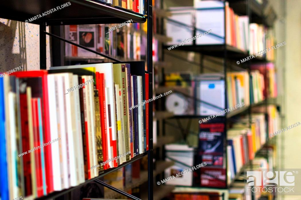Imagen: Bookshelves of an independent bookstore. Paris, France.