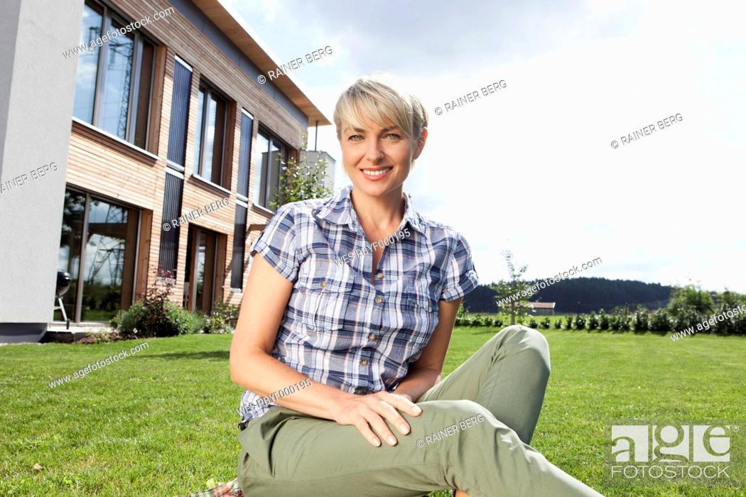 Stock Photo: Germany, Bavaria, Nuremberg, Portrait of mature woman in garden.