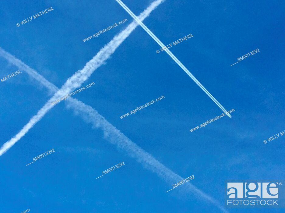 Imagen: crossing contrails or vapour trails in the sky from travelling jet planes.