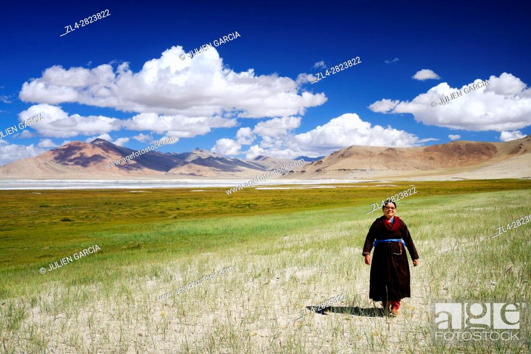 Stock Photo: India, Jammu and Kashmir State, Himalaya, Ladakh, high-altitude plateau of Changthang (Changtang), Rupshu valley, woman wearing a goncha (Ladakhi traditional.