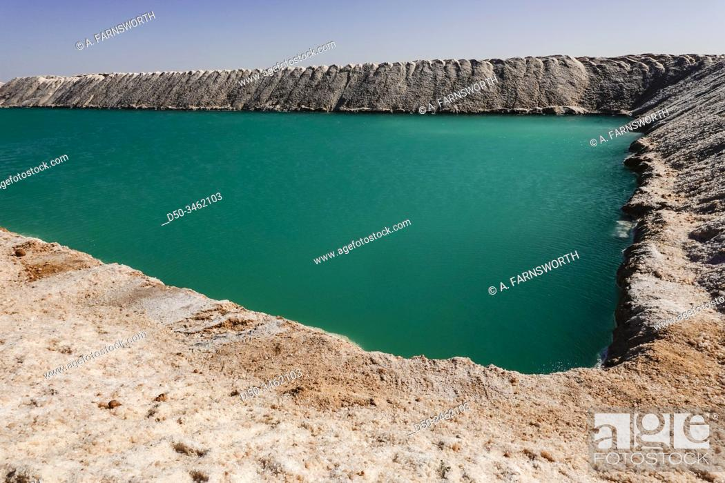 Imagen: Siwa Oasis, Egypt The Siwa salt lakes which are used ot produce salt for export.