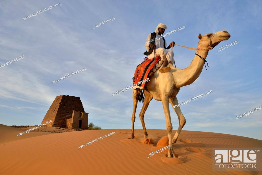 Imagen: Man riding a dromedar in front of a pyramid of the northern cemetery of Meroe, Nubia, Nahr an-Nil, Sudan.