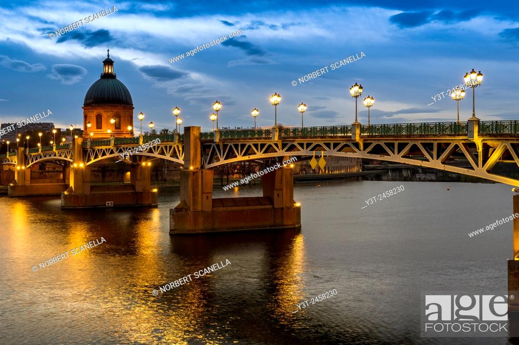 Stock Photo: Europe, France, Midi-Pyrenees, Haute-Garonne, Toulouse. St-Pierre bridge and the dome of the Hopital de la Grave.