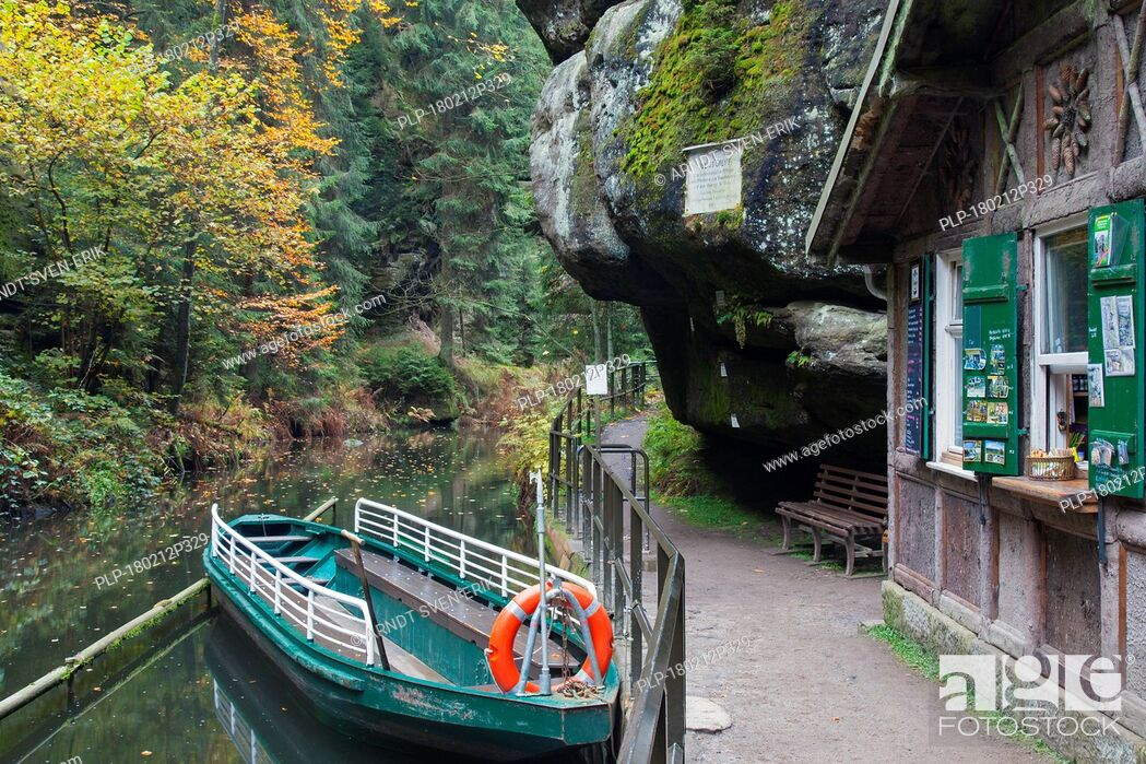 Imagen: Rowing boat at Oberen Schleuse / Upper Lock on the river Kirnitzsch in Hinterhermsdorf, Saxon Switzerland National Park, Saxony, Germany.