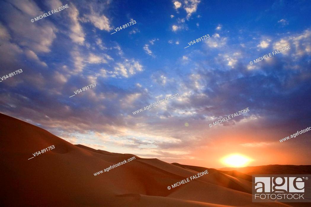 Stock Photo: United Arab Emirates, Liwa Oasis, Sand dunes near the Empty Quarter Desert.