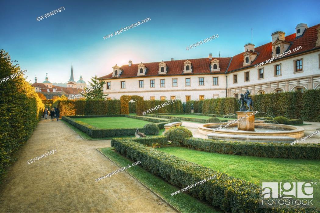 Imagen: Walkway in the Wallenstein Garden in Prague, Czech Republic.
