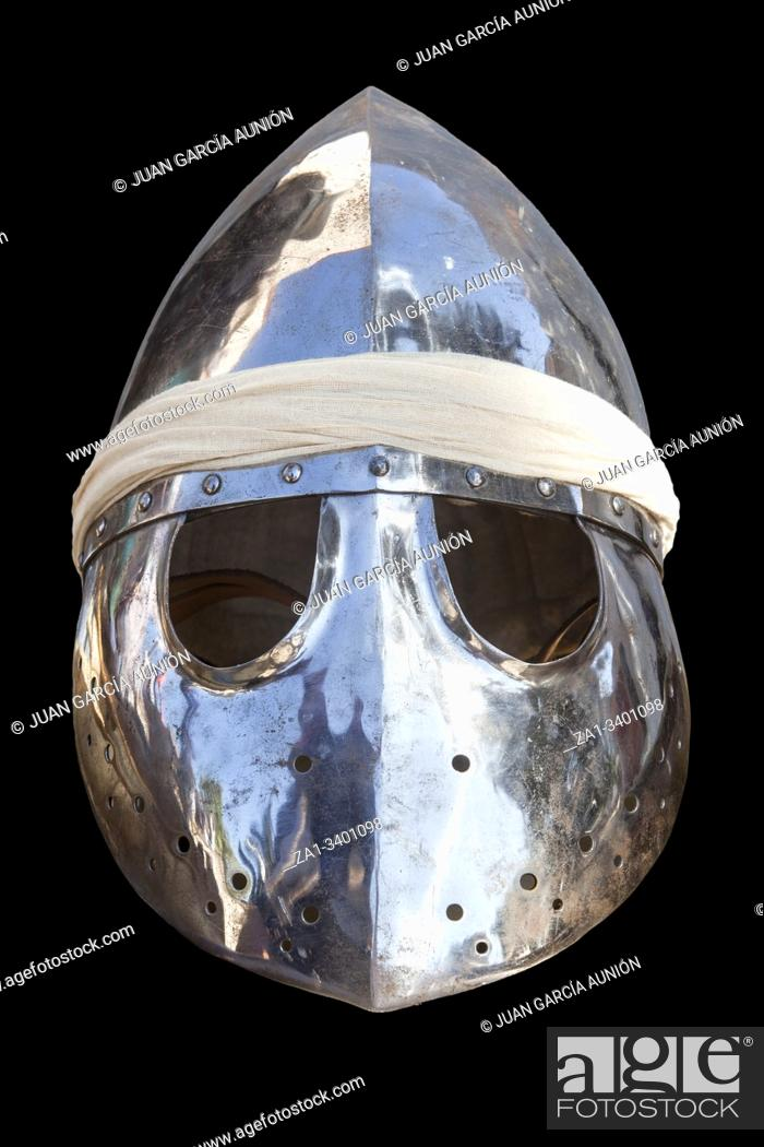 Imagen: Pointed helmet, used by moorish armies during Reconquista period, 11-13th Century. Isolated.