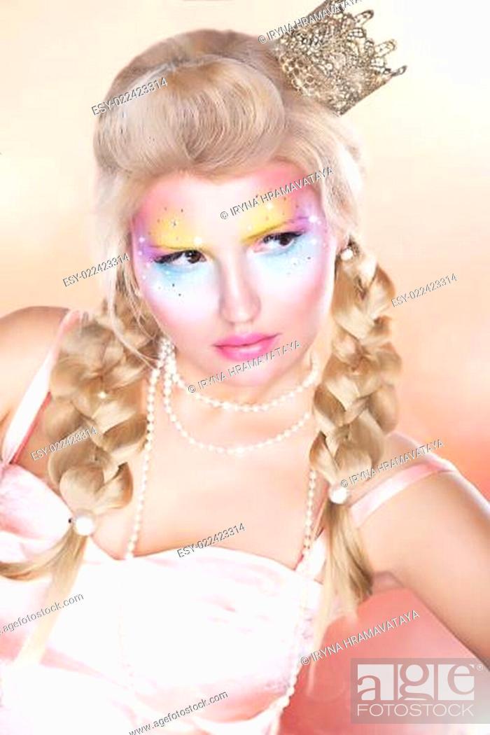 Imagen: Retro Style. Beautiful Princess - Gold Crown - Blond Braid Hair.