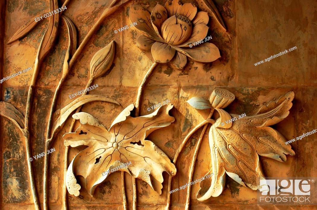 Imagen: Ancient brick carving art of lotus flowers.