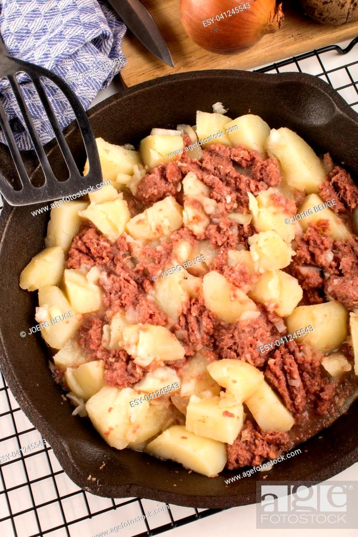 Imagen: very irish meal, cooked corned beef hash in a cast iron pan.