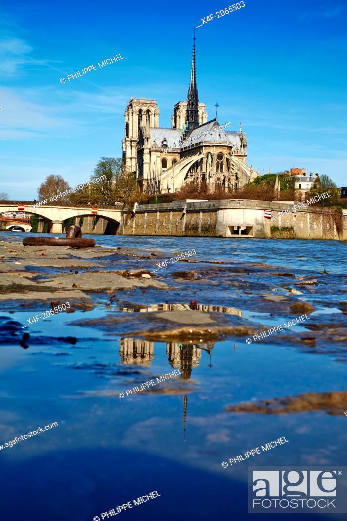 Stock Photo: France, Paris, Seine river and Notre Dame Cathedral on the Île de la Cité.