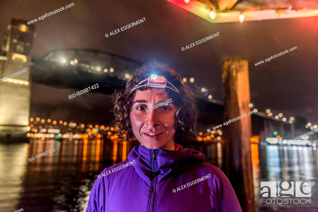 Imagen: Runner with headlamp in urban North Vancouver, Canada.