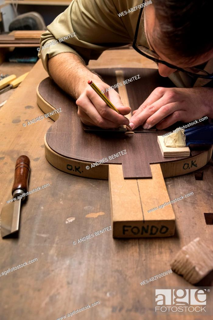Imagen: Luthier manufacturing a Spanish guitar in his workshop.