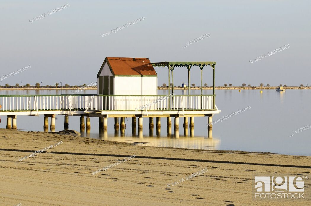 Imagen: Beach cottage on the waters of the Sea In San Pedro del Pinatar, Mar Menor, Murcia, Spain.