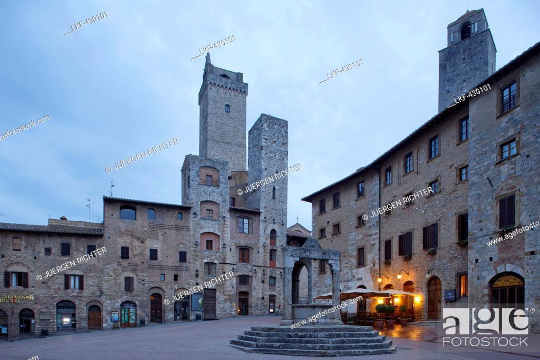 Photo de stock: Towers and fountain on Piazza della Cisterna square, San Gimignano, hill town, UNESCO World Heritage Site, province of Siena, Tuscany, Italy, Europe.